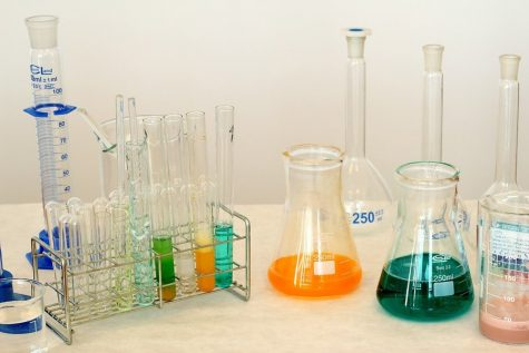 An assorment of laboratory expiment, as commonly found in a chemistry class, used to perform experiments (Photo via pixabay.com under the Creative Commons License)